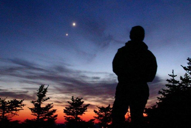 576986 homme observe ciel mont megantic