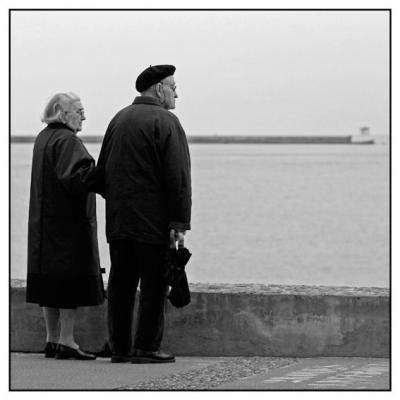 Vieux couple debout 1