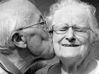 Vieux couple heureux 660x500